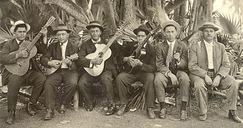 Jonah Kumalae and his musicians